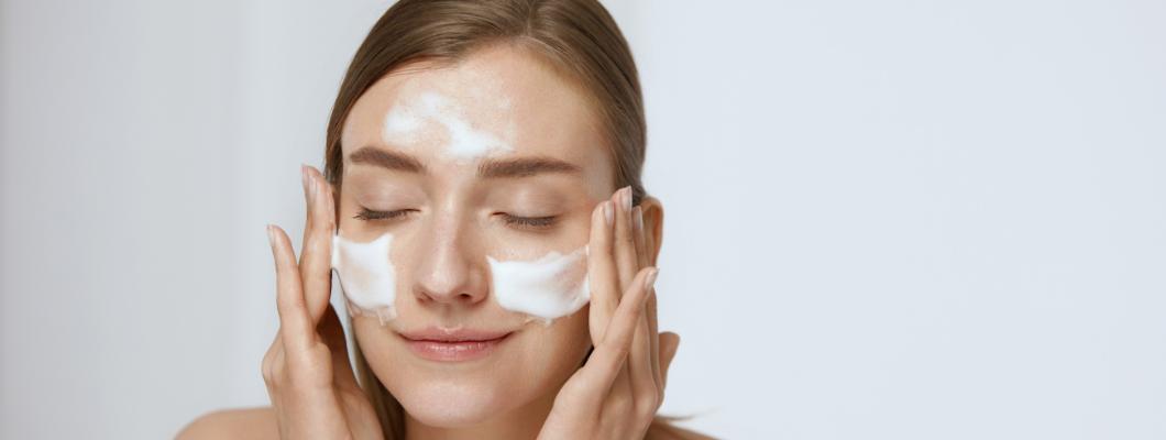 femme nettoyant visage